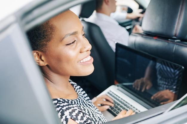 Mujer trabajando durante el viaje