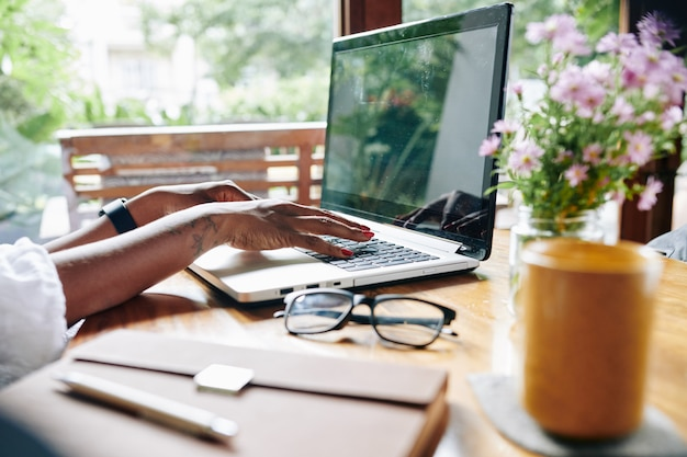 Mujer, trabajar en computadora