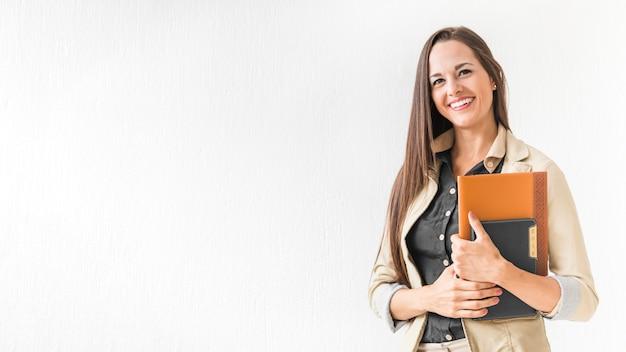 Mujer en el trabajo sosteniendo sus notas con espacio de copia