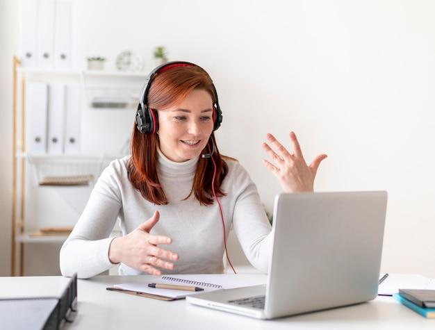 Mujer en el trabajo con videollamada