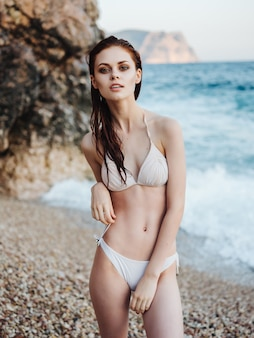 Mujer, en, traje de baño, posar, playa, biquini, lujo