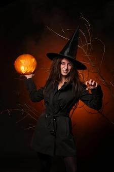 Mujer en traje de bruja de halloween