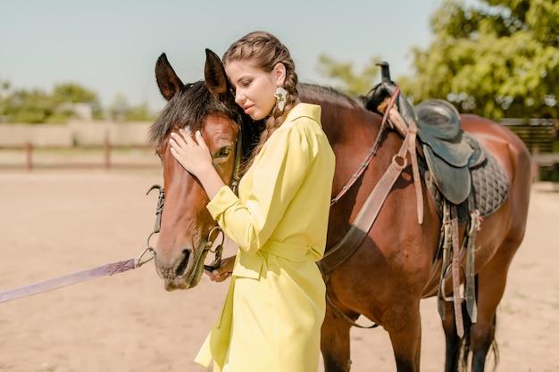 Mujer en un traje con caballo en un rancho