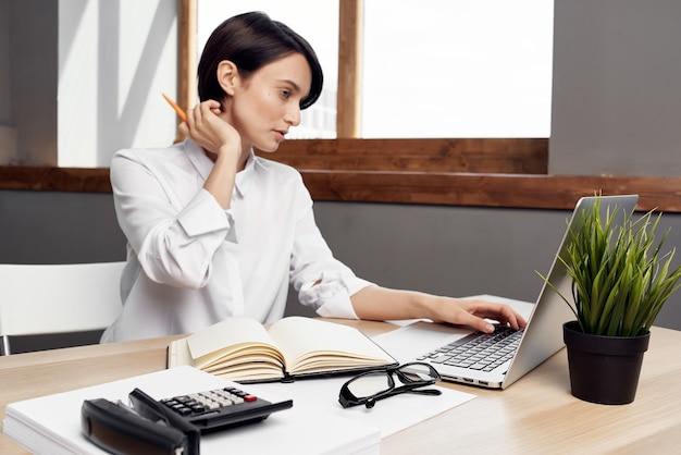 Mujer en traje delante de estilo de vida de estudio ejecutivo de secretaria portátil