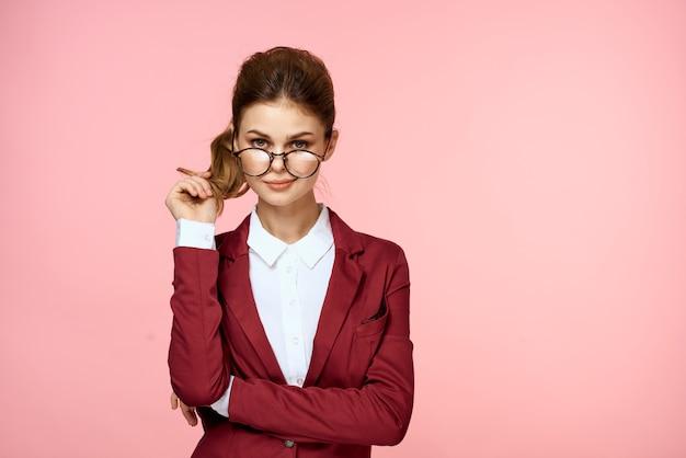 Mujer en un traje de negocios, hermosa mujer de negocios en estudio
