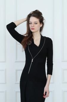 Mujer en traje de negocios lápiz negro
