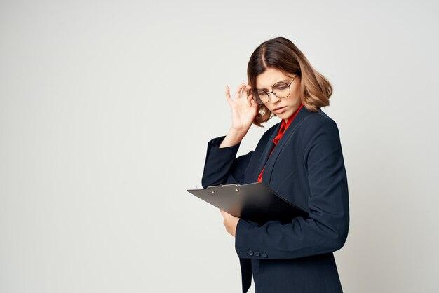 Mujer en traje de trabajo de oficina de administrador de documentos