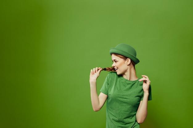 Mujer en traje verde sobre un fondo verde