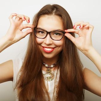 Mujer tranquila y amigable con gafas
