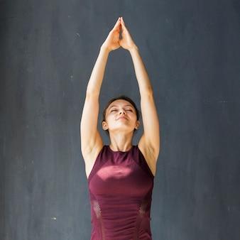 Mujer tranquila realizando un saludo ascendente