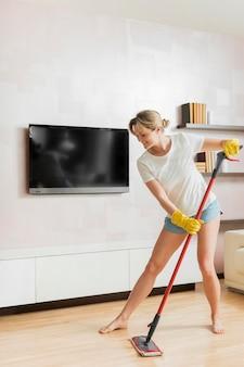 Mujer trapeando el piso