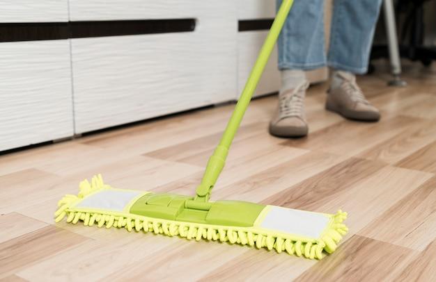 Mujer trapeando los pisos