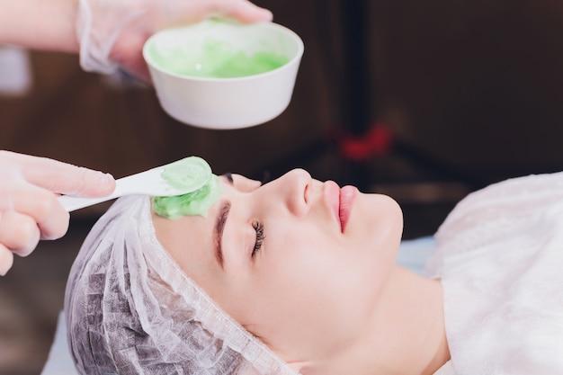 Mujer con tratamiento de crema de algas para la piel