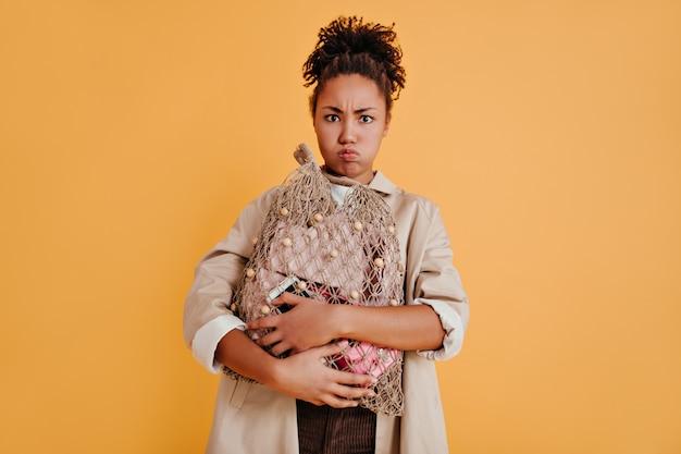 Mujer triste con bolsa de hilo