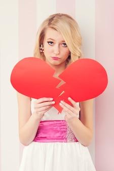 Mujer triste elegancia con corazón roto