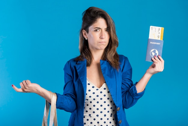 Mujer triste con fondo azul