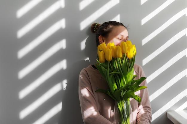 Mujer con tulipanes.