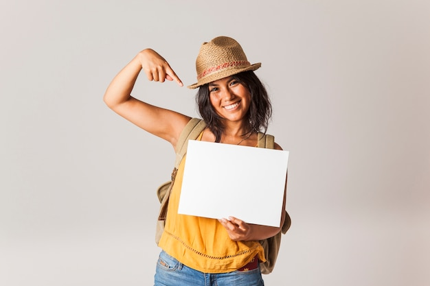 Mujer turista apuntando a papel