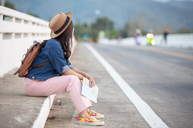 Mujer turista atada la cuerda del zapato