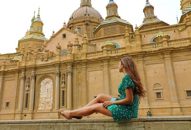 Mujer turista con la basílica de nuestra señora del pilar en zaragoza, españa