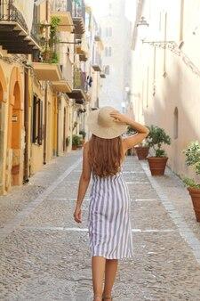 Mujer turista caminando en el casco antiguo