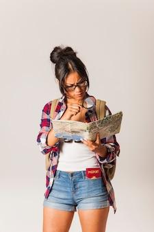Mujer turista con gafas mirando a mapa