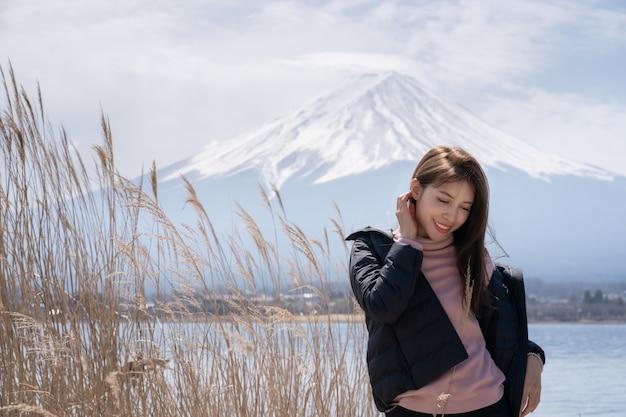 Mujer turista en el lago kawaguchiko en japón.