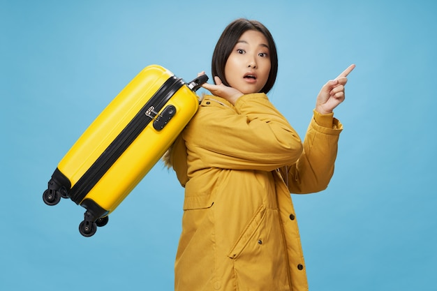 Mujer turista maleta vacaciones pasajero aeropuerto vuelo