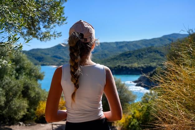 Mujer turista visitando la antigua ciudad de stageira junto al mar en grecia