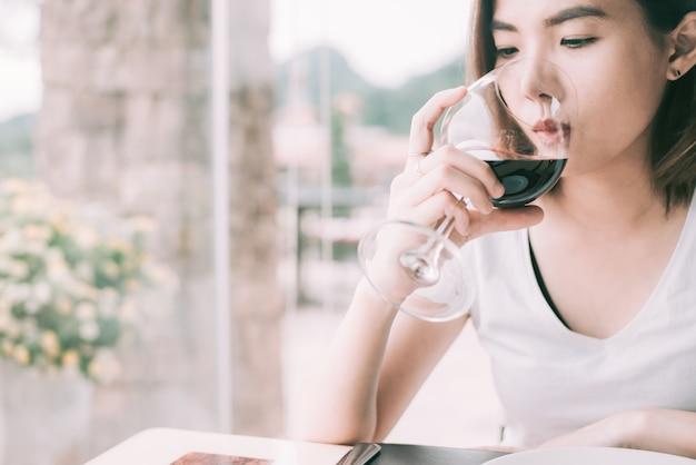 Mujer turística de cata de vinos. mujer joven bebiendo vino en un restaurante de estilo italiano