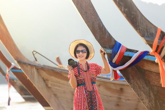 Mujer turística que disfruta de vacaciones del viaje en krabi, tailandia.