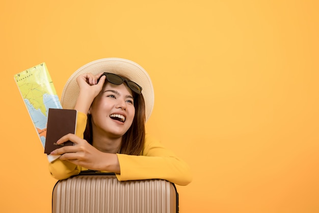 Mujer turística del viajero en la ropa casual del verano aislada sobre fondo amarillo