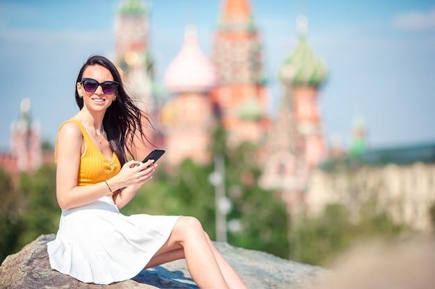 Mujer urbana joven feliz en ciudad europea.