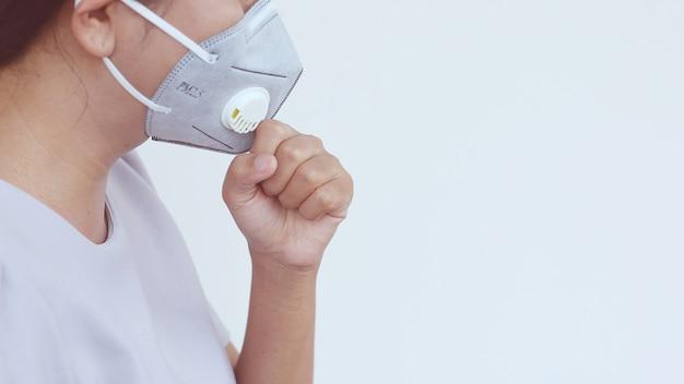 Una mujer usa mascarilla protectora.