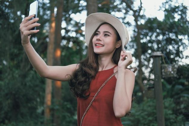 La mujer usa el teléfono inteligente para tomar fotos. viajero viaje turístico en vacaciones. viaje de trabajo