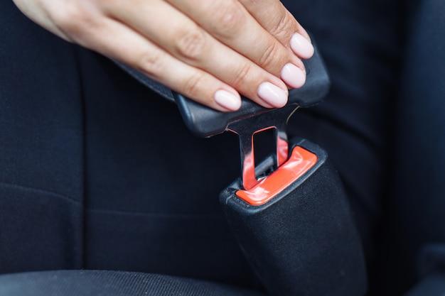 Mujer usando el cinturón de seguridad en un automóvil