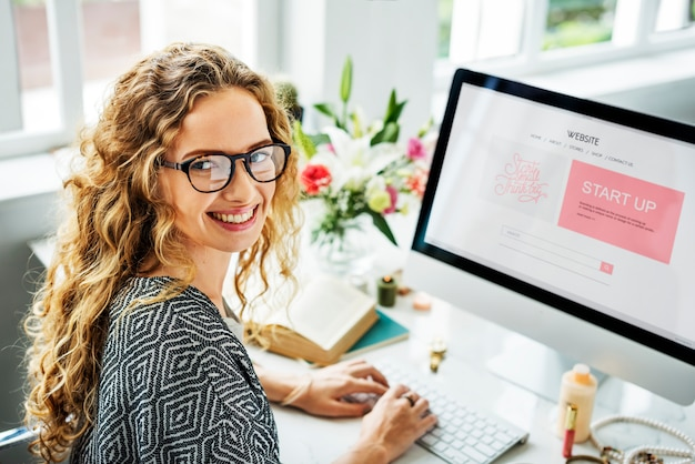 Mujer usando la computadora