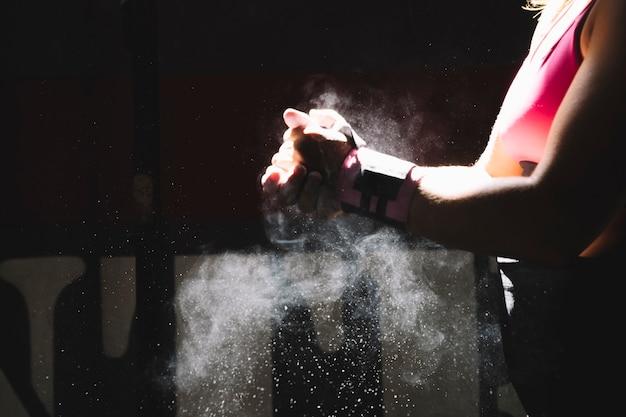 Mujer usando magnesio en gimnasio