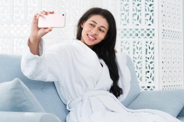 Mujer usando el móvil en un spa