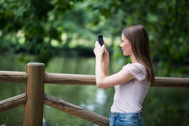 Mujer usando su teléfono inteligente en un parque