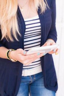 Mujer usando tablet pc