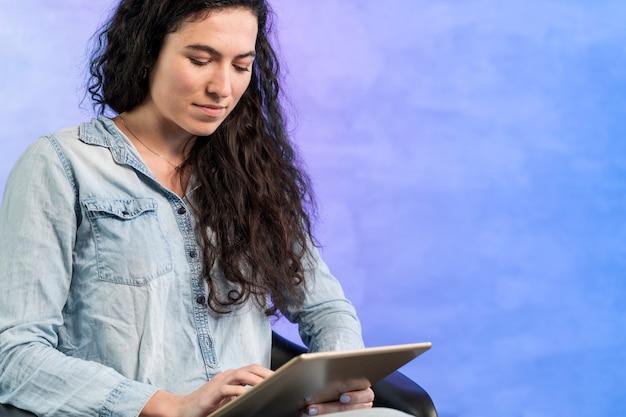 Mujer usando una tableta digital