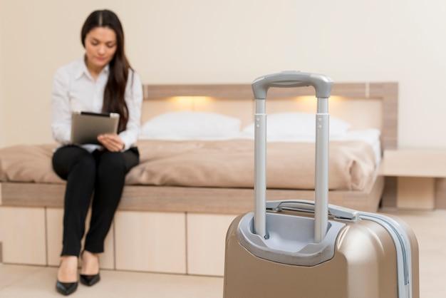 Mujer usando tableta en habitación de hotel