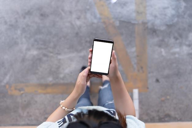 Mujer usando tableta maqueta para su propio contenido en casa pantalla vacía en blanco