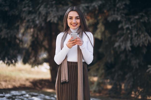 Mujer usando teléfono fuera de la calle