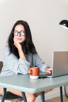Mujer, usar la computadora portátil