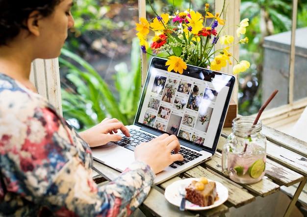 Mujer está utilizando ordenador portátil