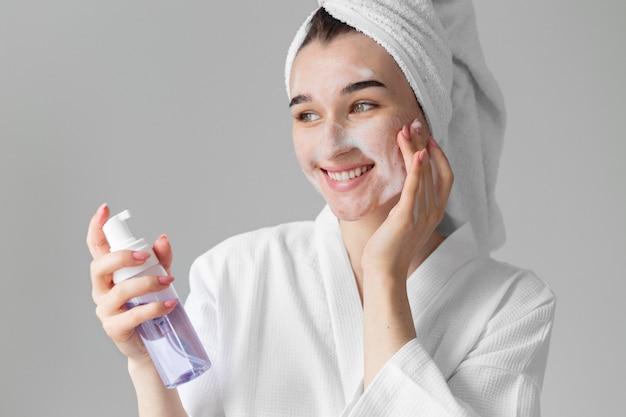 Mujer, utilizar, cara, producto, cicatrizarse