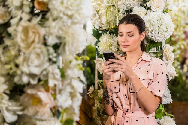 Mujer, utilizar, smartphone, en, casa verde