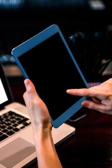Mujer, utilizar, tableta, y, computador portatil, en, un, barra
